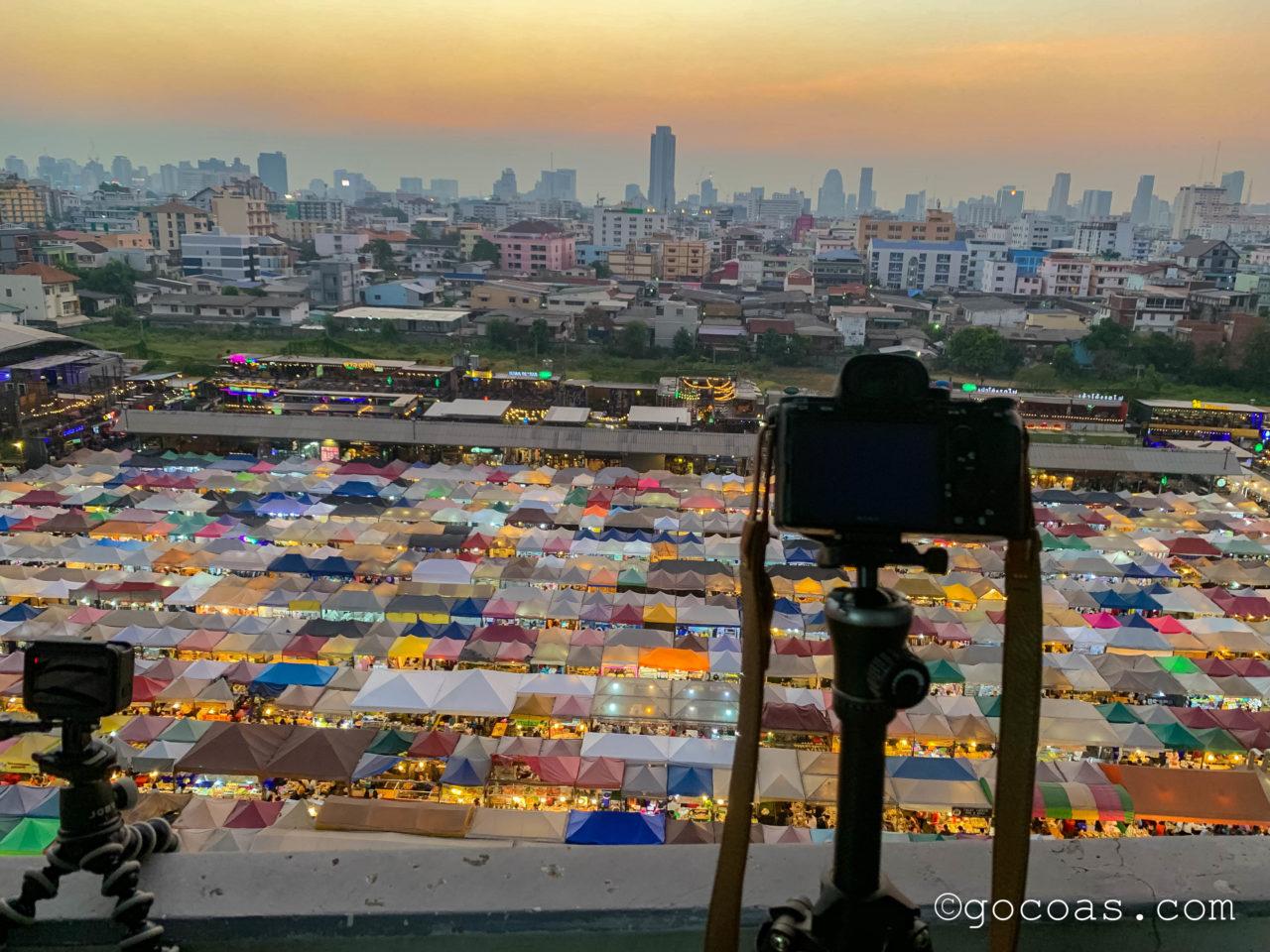 エスプラナード・ラチャダーからみたラチャダー 鉄道市場を撮影するカメラ