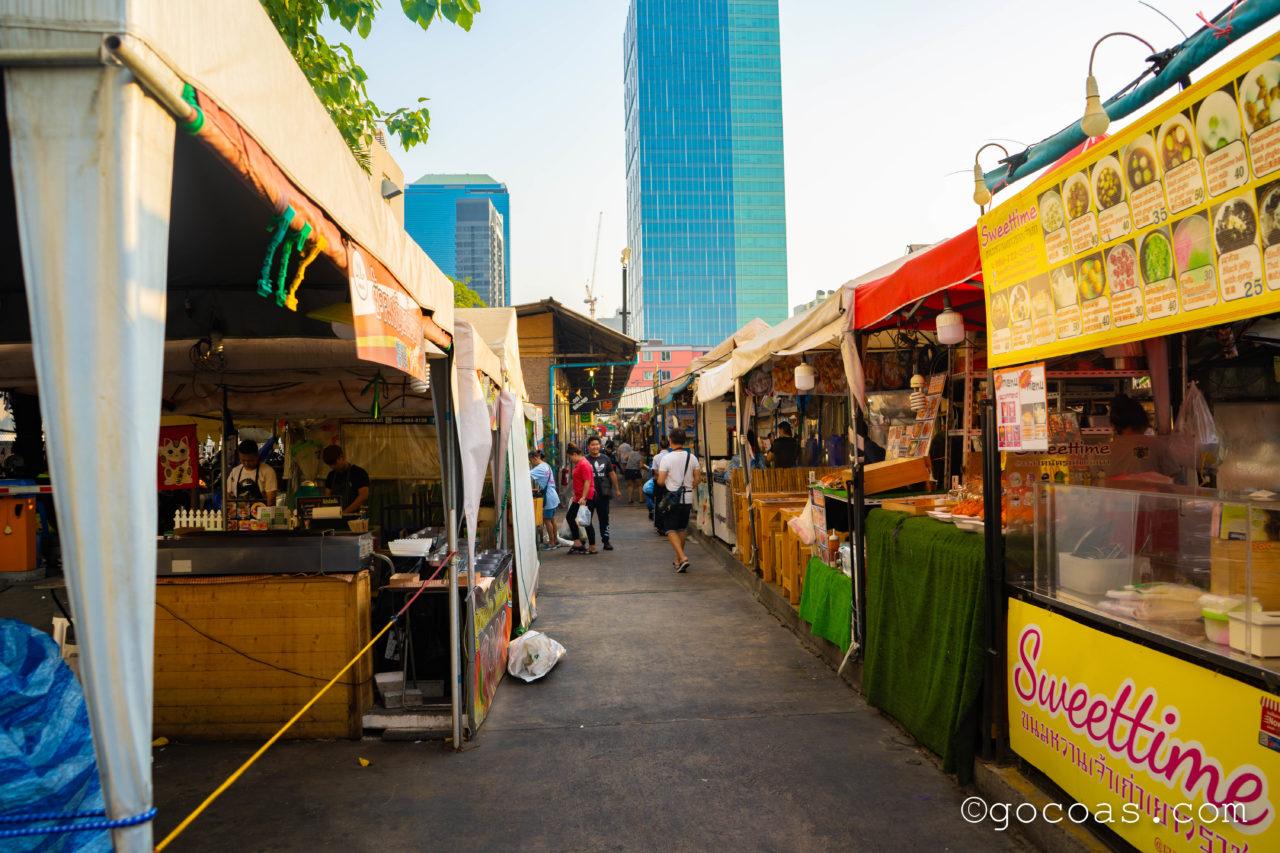 ラチャダー 鉄道市場に並ぶ食べ物の屋台