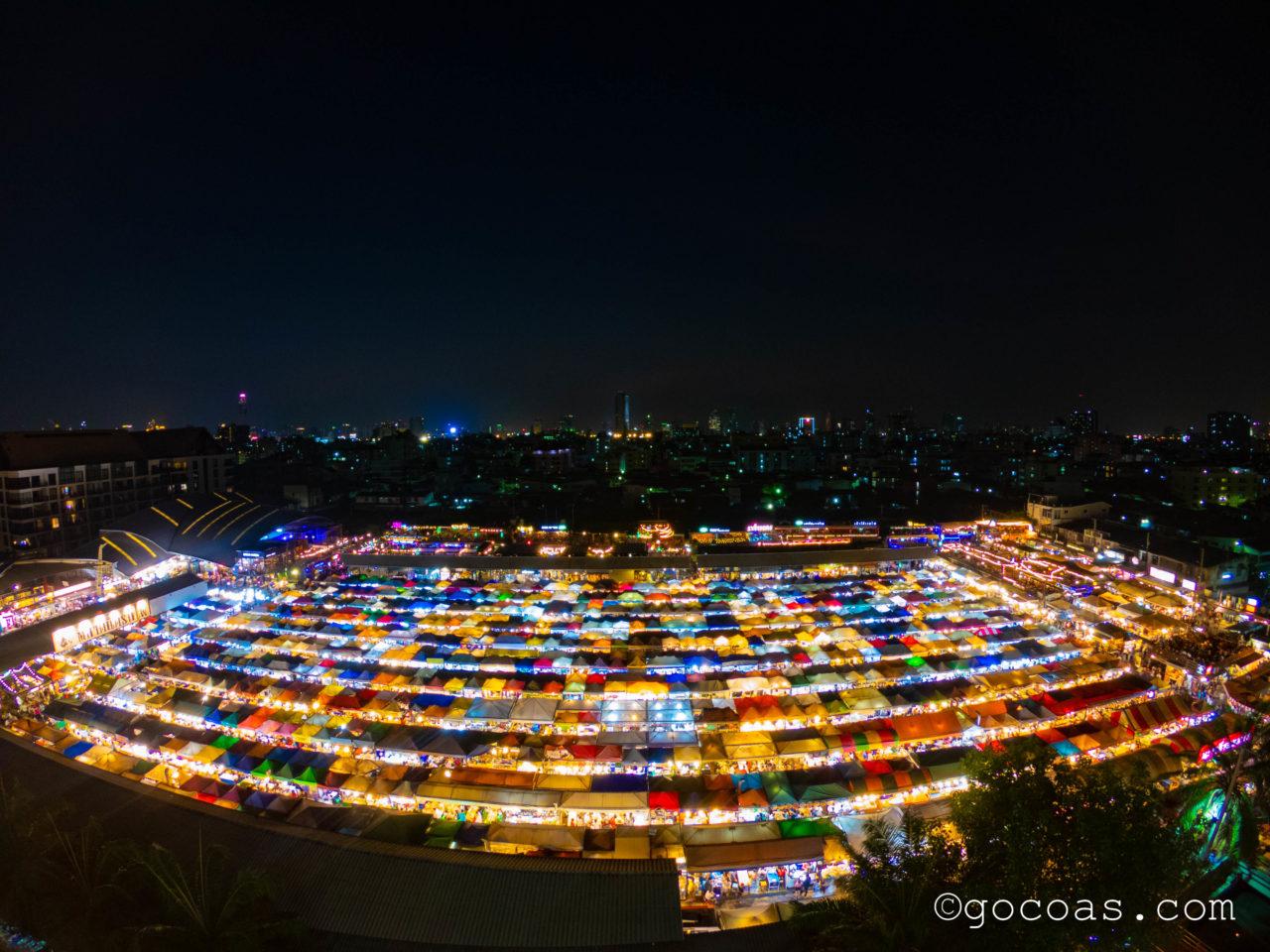エスプラナード・ラチャダーからみたラチャダー 鉄道市場の夜景
