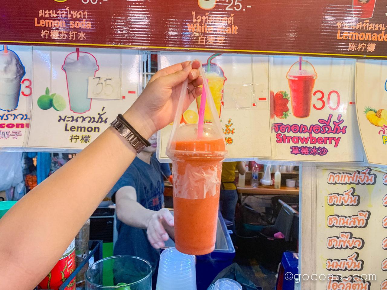 ラチャダー 鉄道市場に並ぶジュースの屋台で買ったミックスジュース