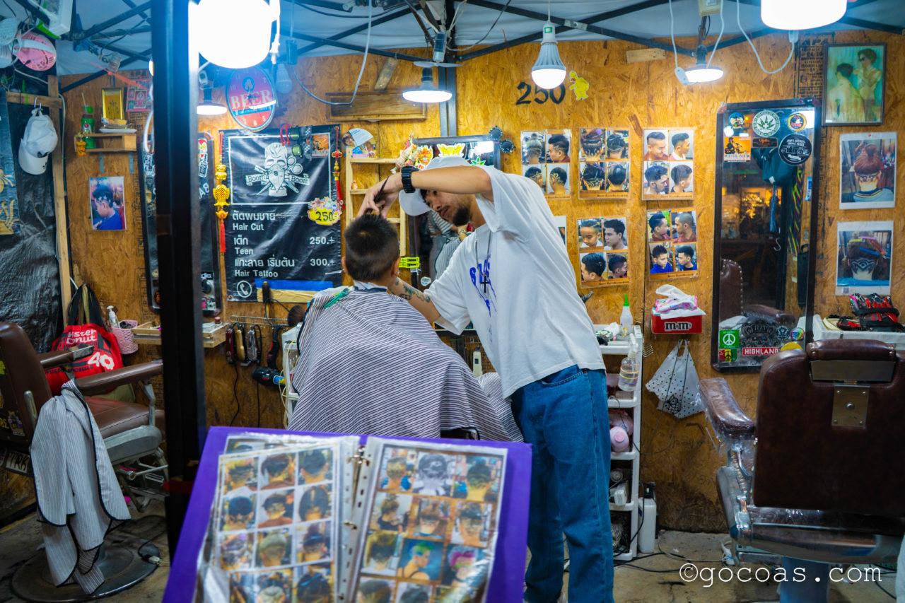 ラチャダー 鉄道市場のに並ぶ散髪の屋台