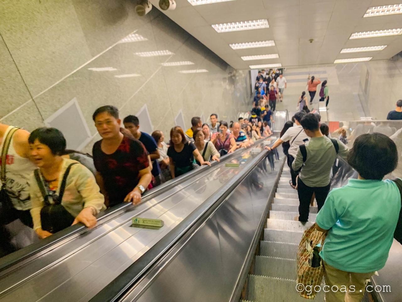 タイ文化センター駅帰りのエスカレーター