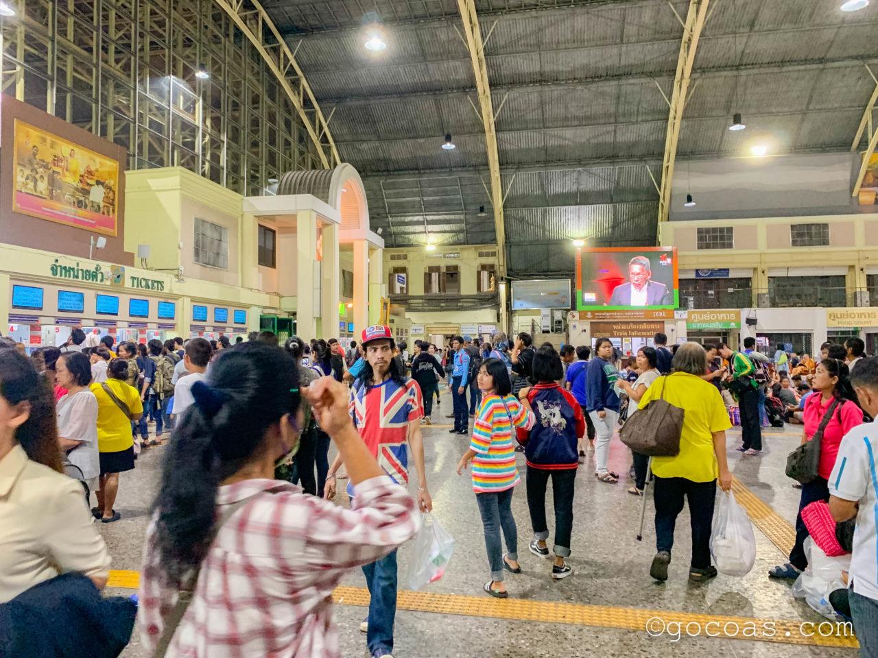 混雑する夜のHua Lamphong駅構内