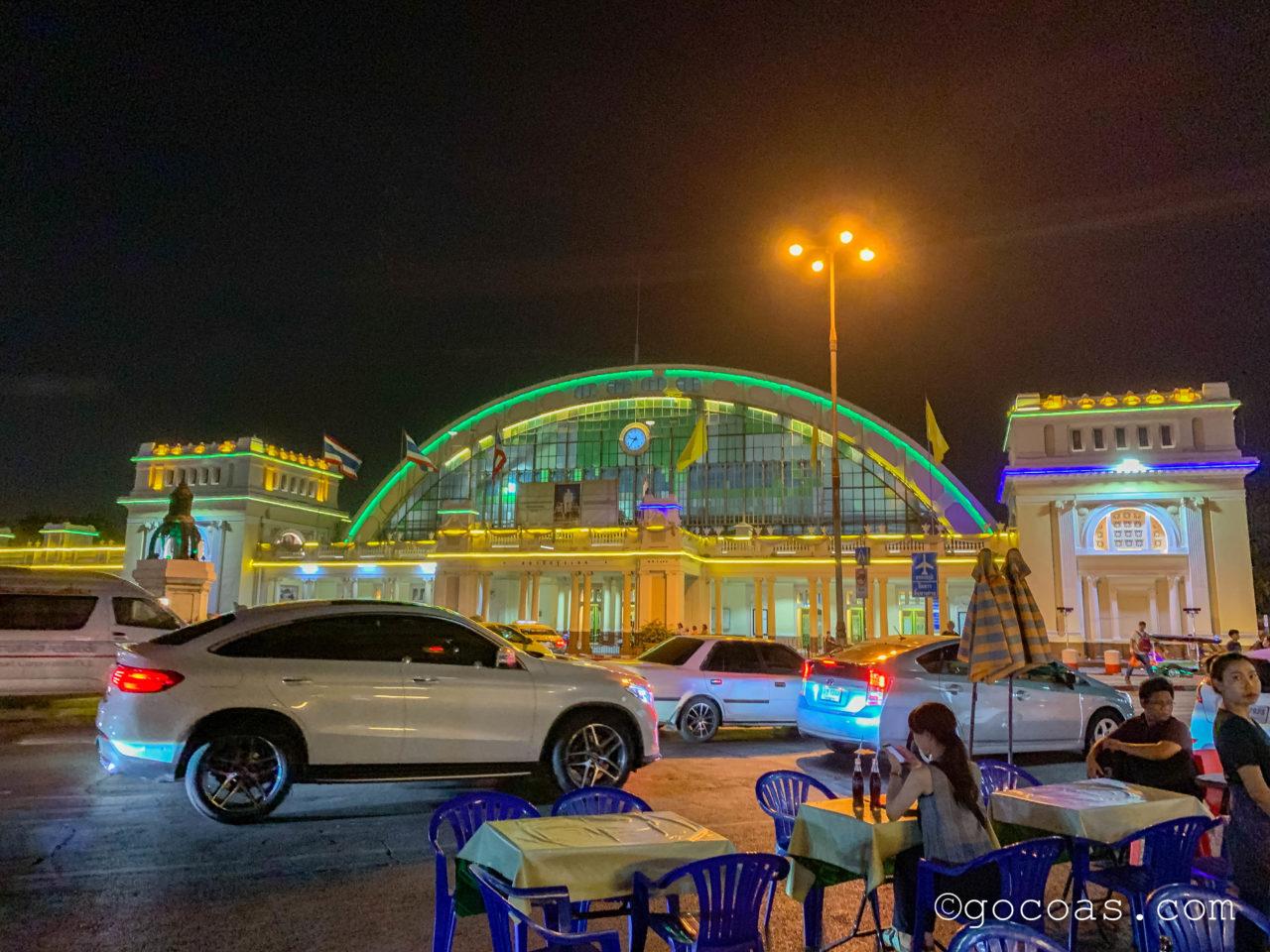 夜のHua Lamphong駅外観