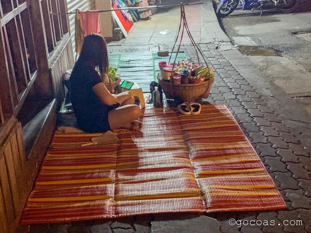Hua Lamphong駅前にいたレジャーシートに座る女性