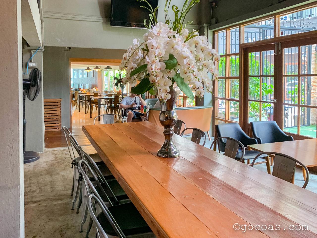 アット フア ランポーンのロビー奥のテーブル