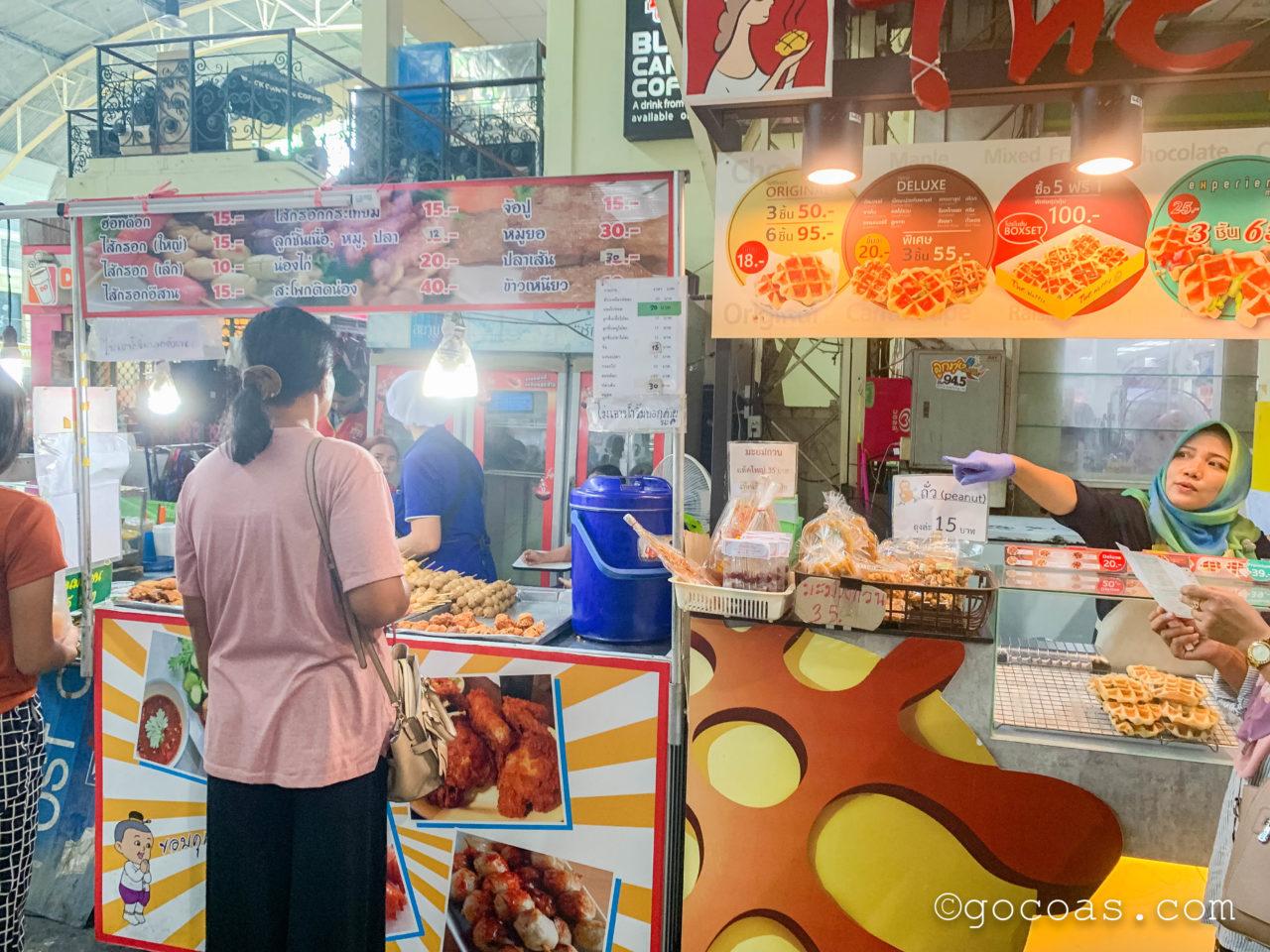 Hua Lamphong駅にあった食べ物の屋台