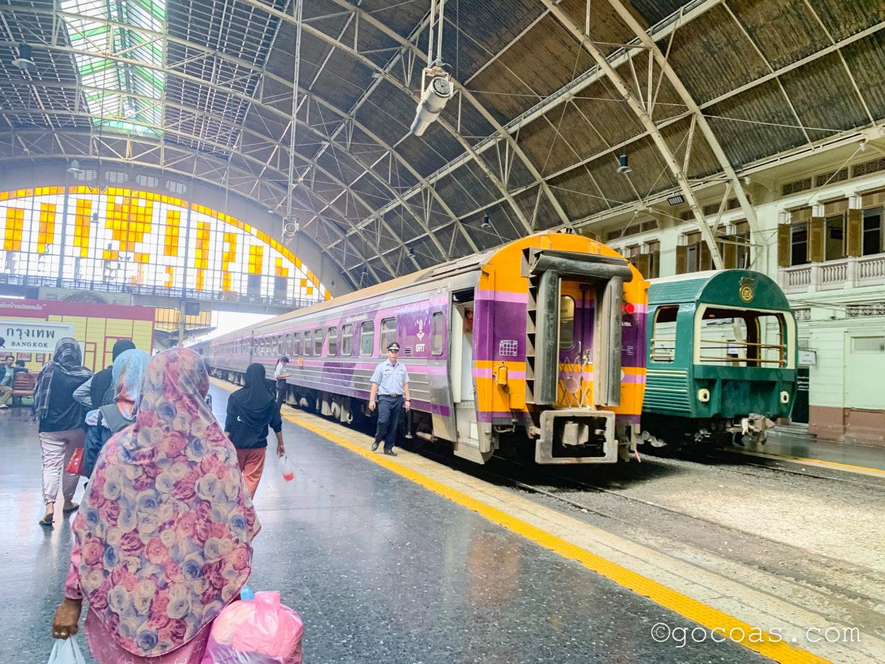 Hua Lamphong駅に停車している電車