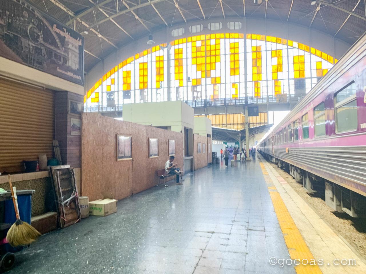 Hua Lamphong駅に停車している電車のホーム