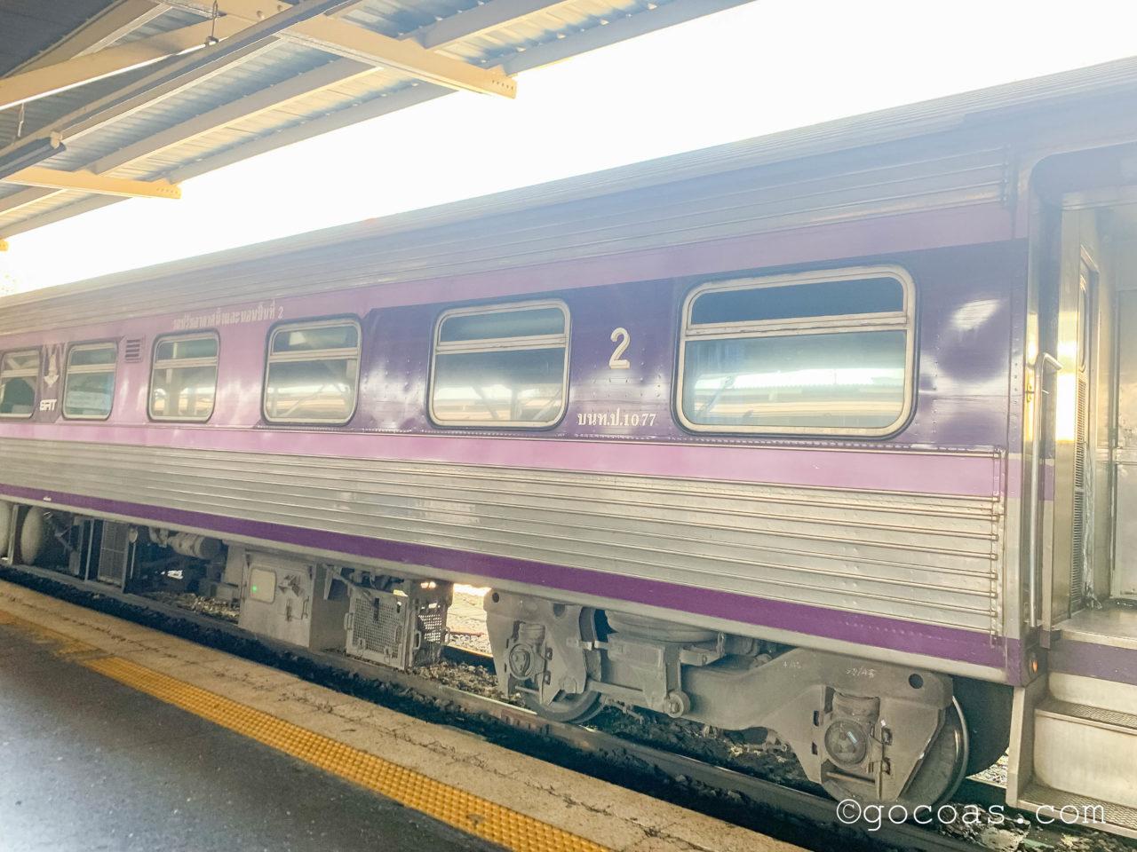Hua Lamphong駅に停車している電車の2号車