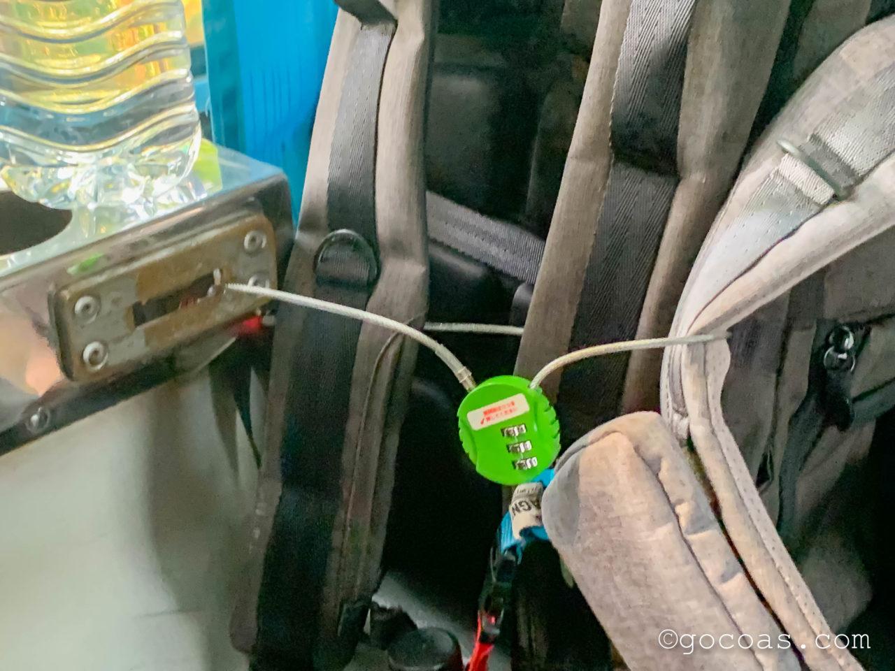 Hua Lamphong駅で乗った電車内でかばんを鍵で固定したところ