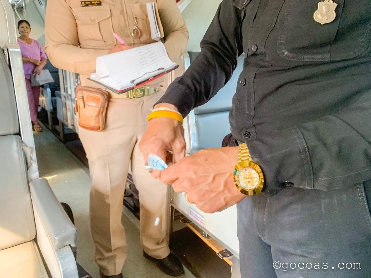 Hua Lamphong駅で乗った電車内で切符の確認に来る職員