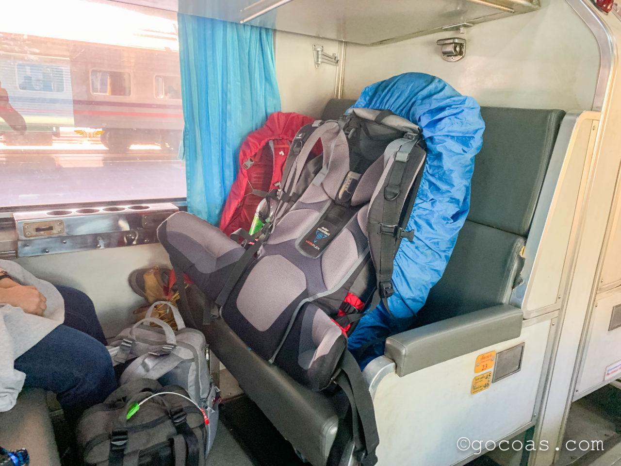 Hua Lamphong駅で乗った電車内でバックパックを対面の椅子に乗せたところ