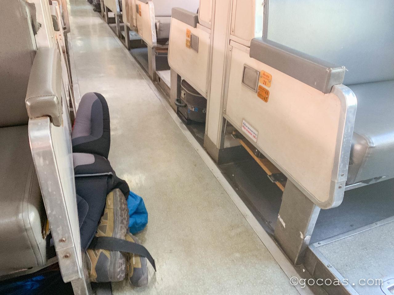 Hua Lamphong駅で乗った電車内の座席下に収納したバックパック