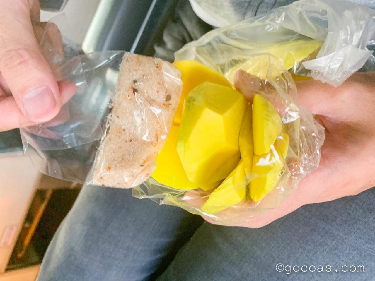 Hua Lamphong駅で乗った電車内で食べ物や飲み物を売りに来る人から買ったフルーツ