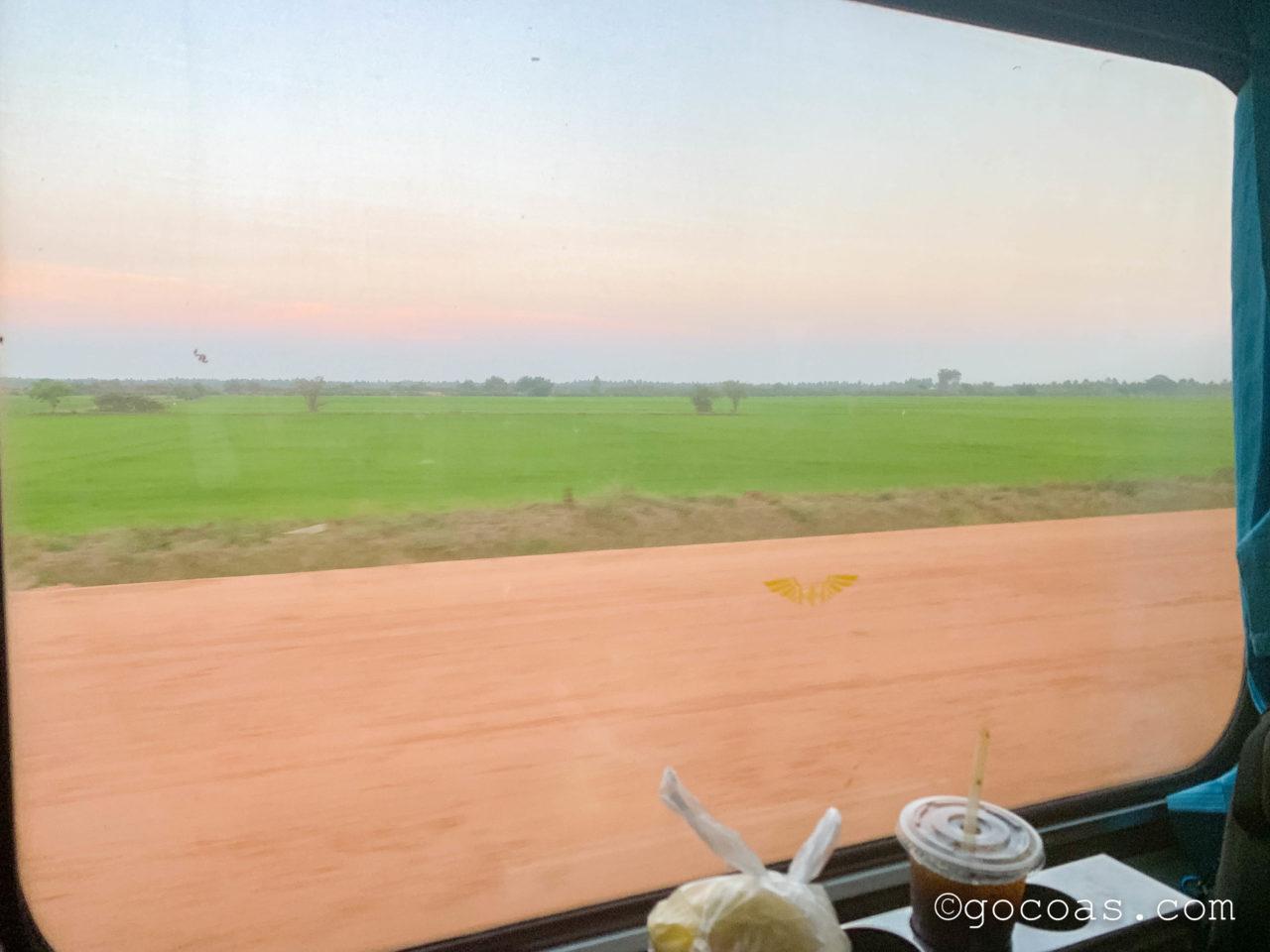 Hua Lamphong駅で乗った電車内の座席から見た外の景色
