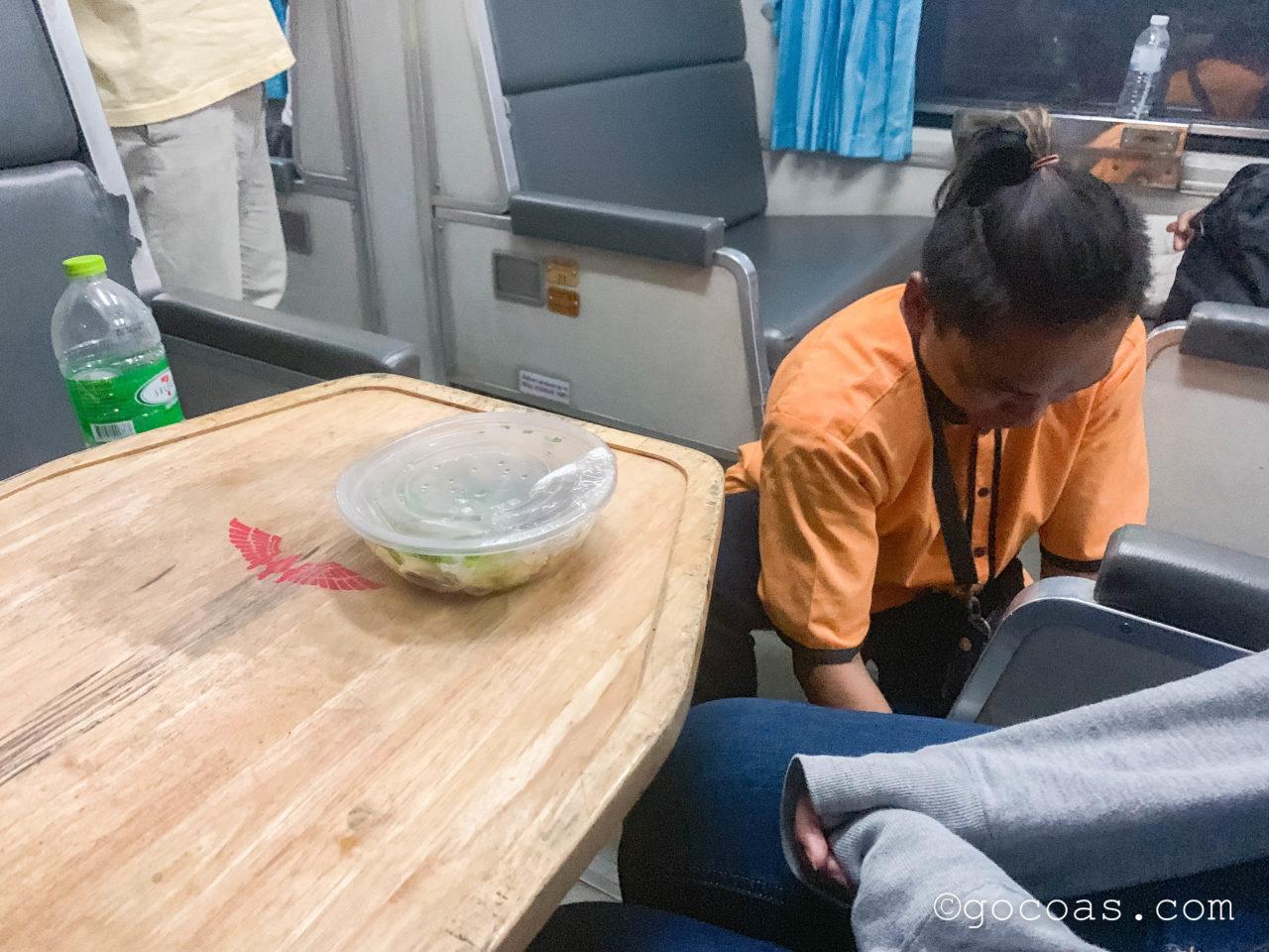 Hua Lamphong駅で乗った電車内の座席のテーブルに置かれる晩ごはん