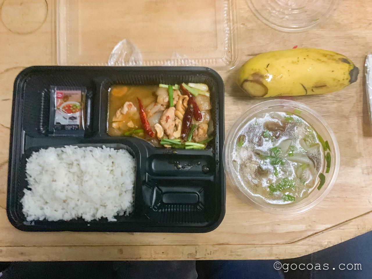 Hua Lamphong駅で乗った電車内の座席のテーブルに置かれる晩ごはんのお弁当