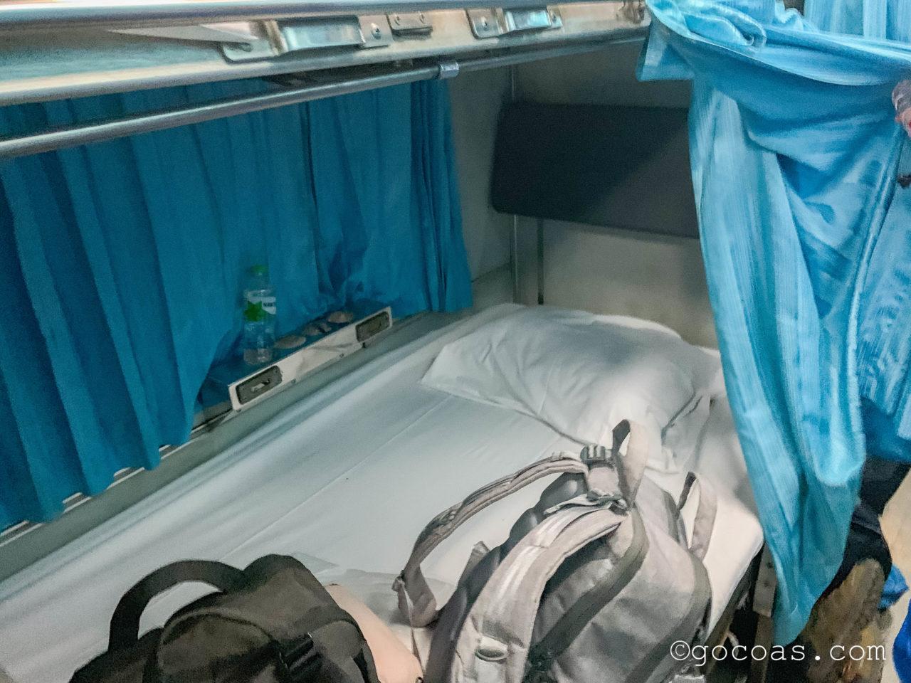 Hua Lamphong駅で乗った電車内の座席をベッドに変えてもらうところ