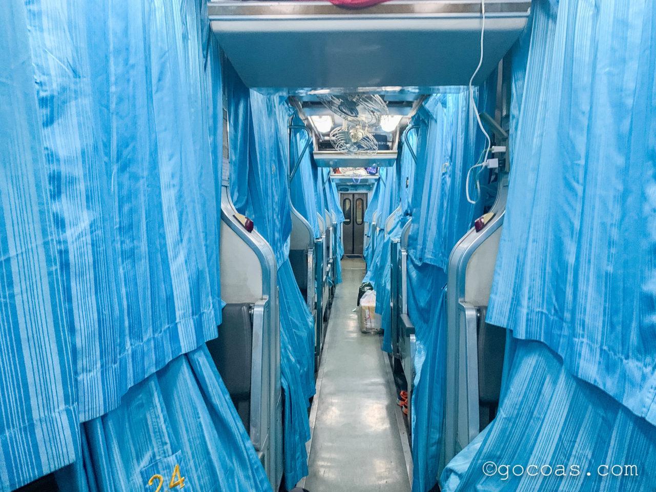 Hua Lamphong駅で乗った電車内の座席をベッド変えた車内
