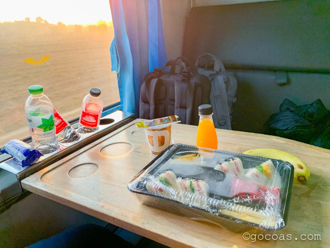 Hua Lamphong駅で乗った電車内の座席で食べた朝ごはんのサンドイッチ