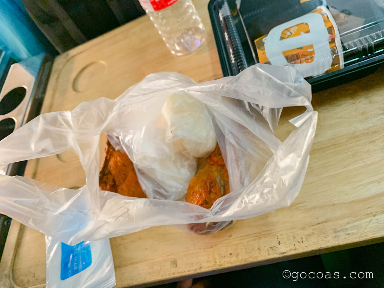 Hua Lamphong駅で乗った電車内の座席で食べた朝ごはんのチキン
