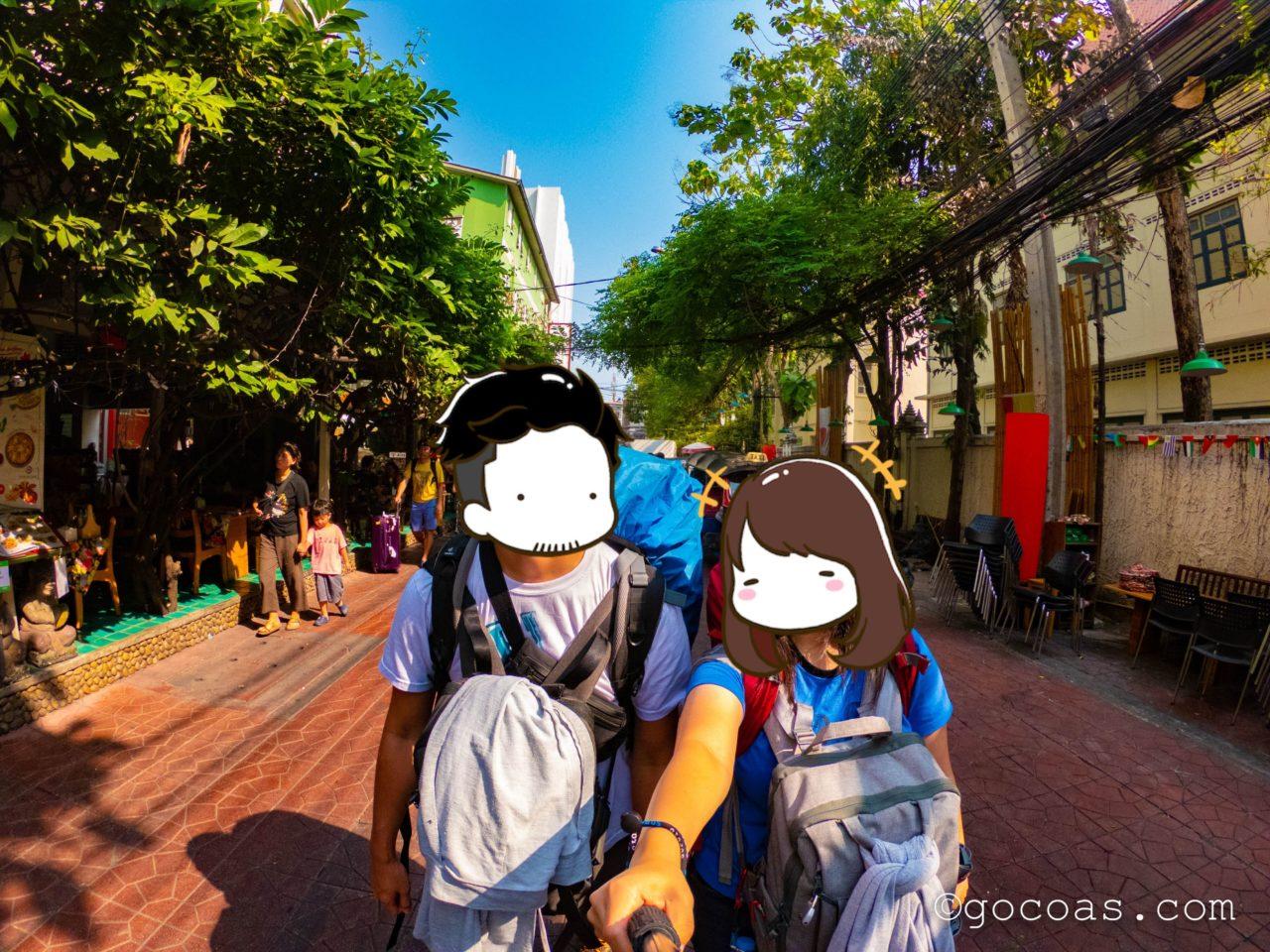 バンコク市内の歩道を歩くこーしとあいり