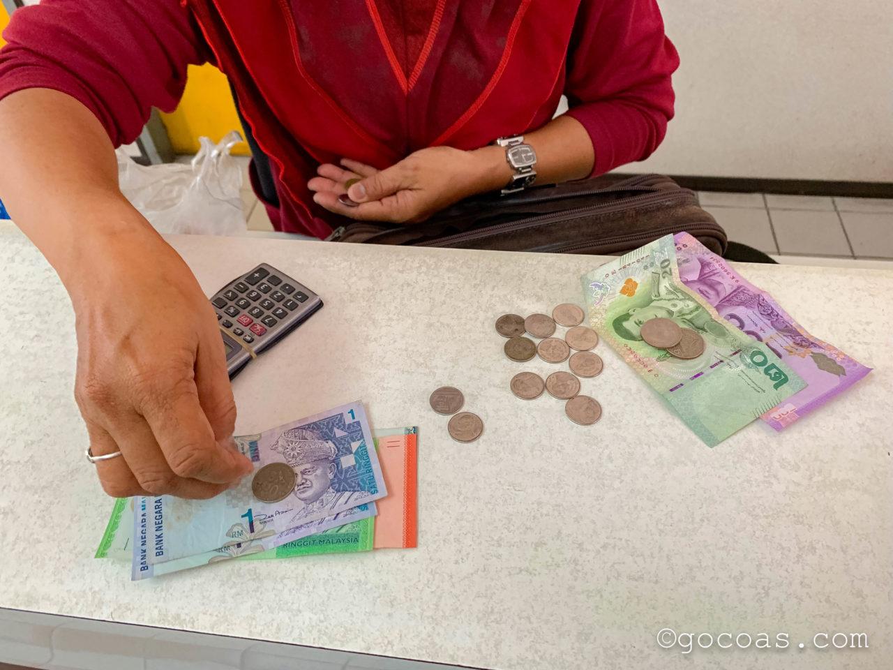 Padang Besar駅のイミグレーションの両替所