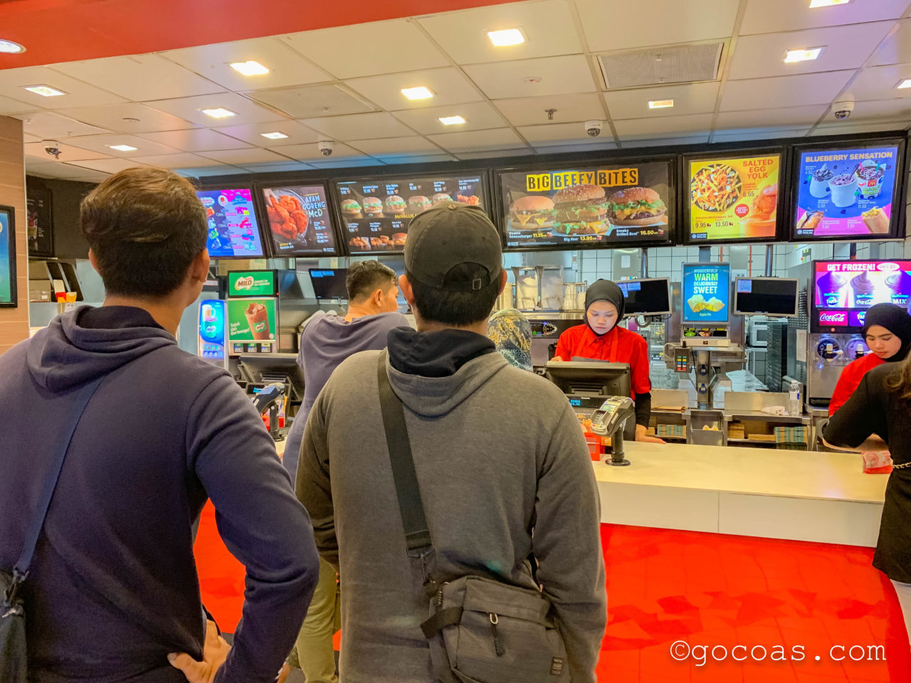 Prangin Mall内のマクドナルドの注文カウンター