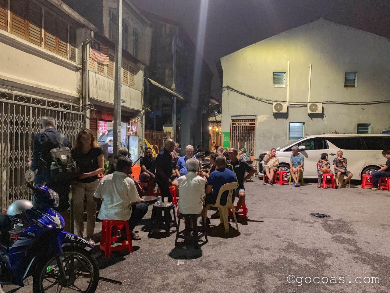 ペナン島の夜の街中にあった酒屋に集まる人