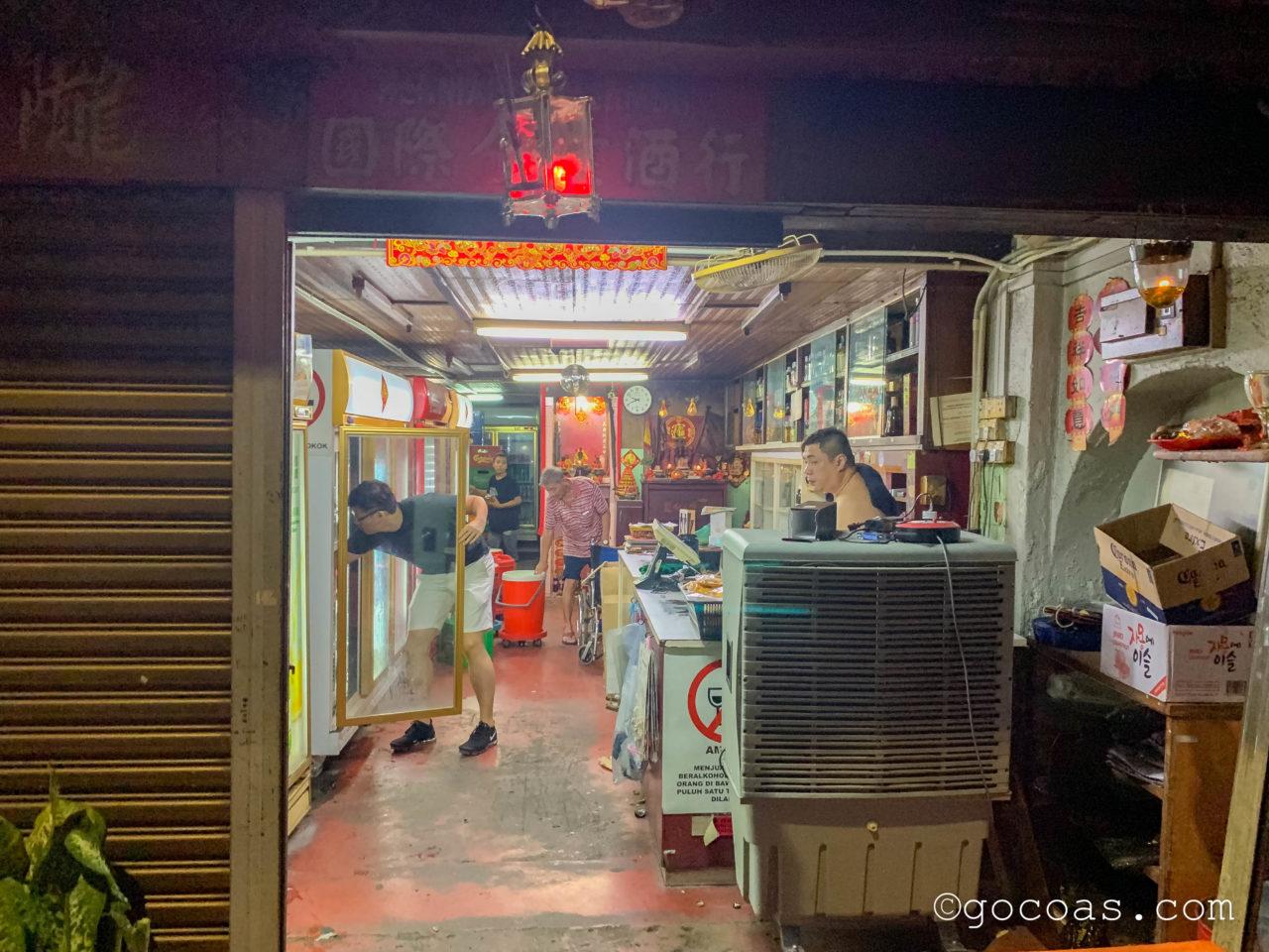 ペナン島の夜の街中にあった酒屋