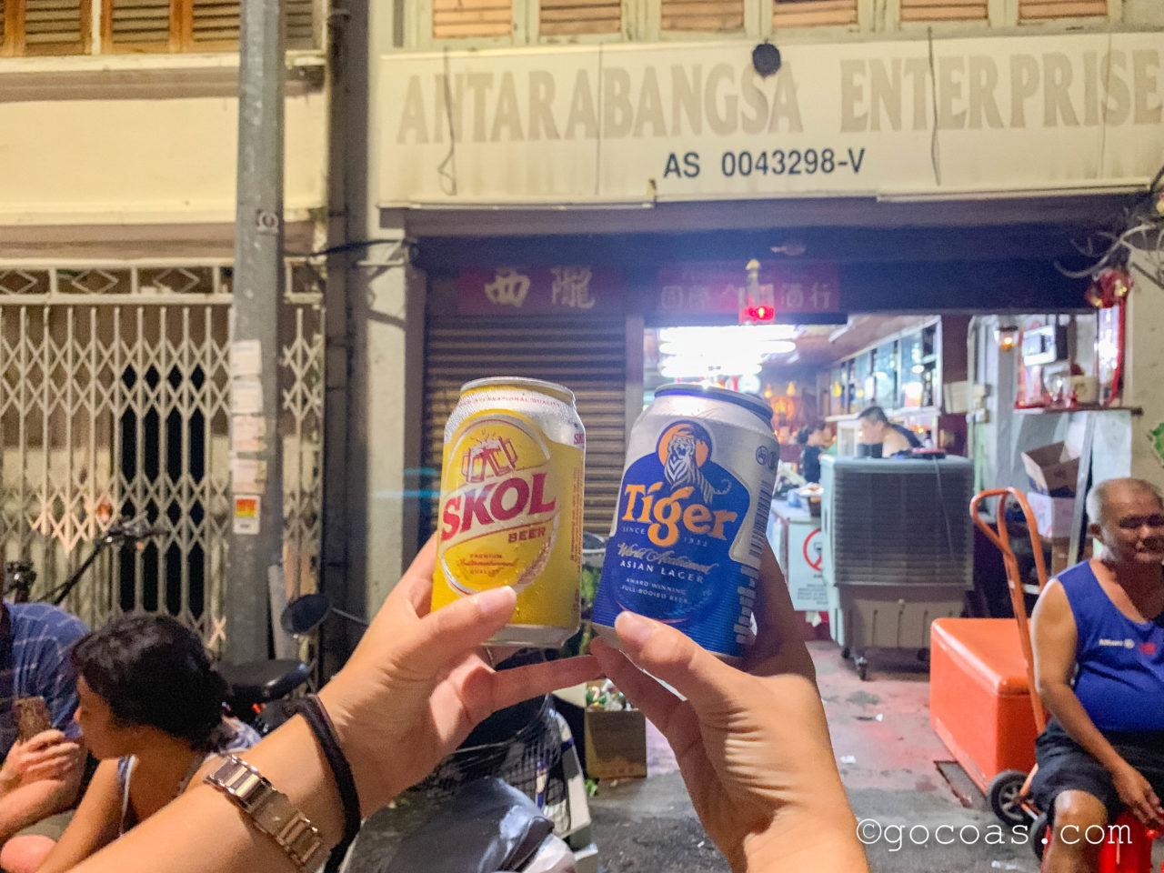 ペナン島の夜の街中にあった酒屋と買ったビール