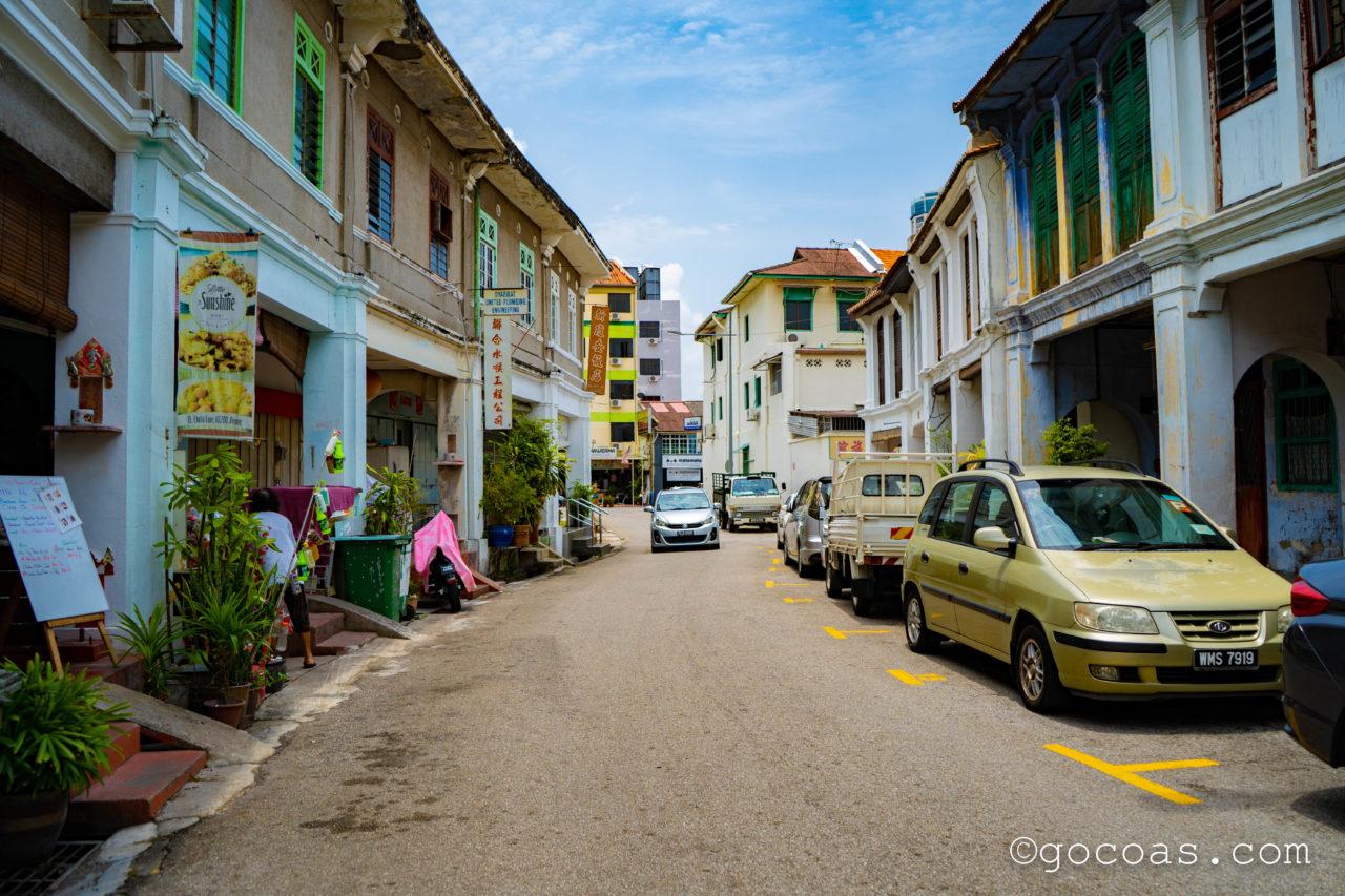 ペナン島の街中の車が通る道路
