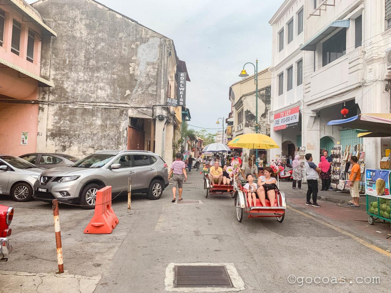 ペナン島の街中を走る人力車