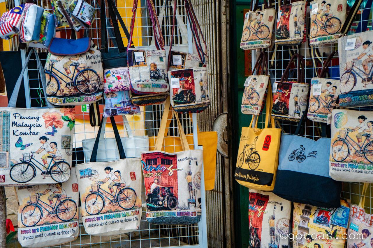 ペナン島の街中にあったウォールアートのかばん