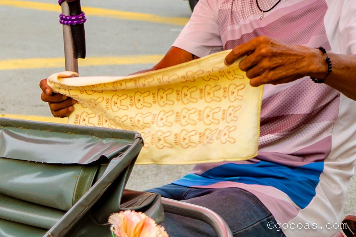 ペナン島の街中を走る人力車のおじさんが持ってたうさぎ柄のタオル