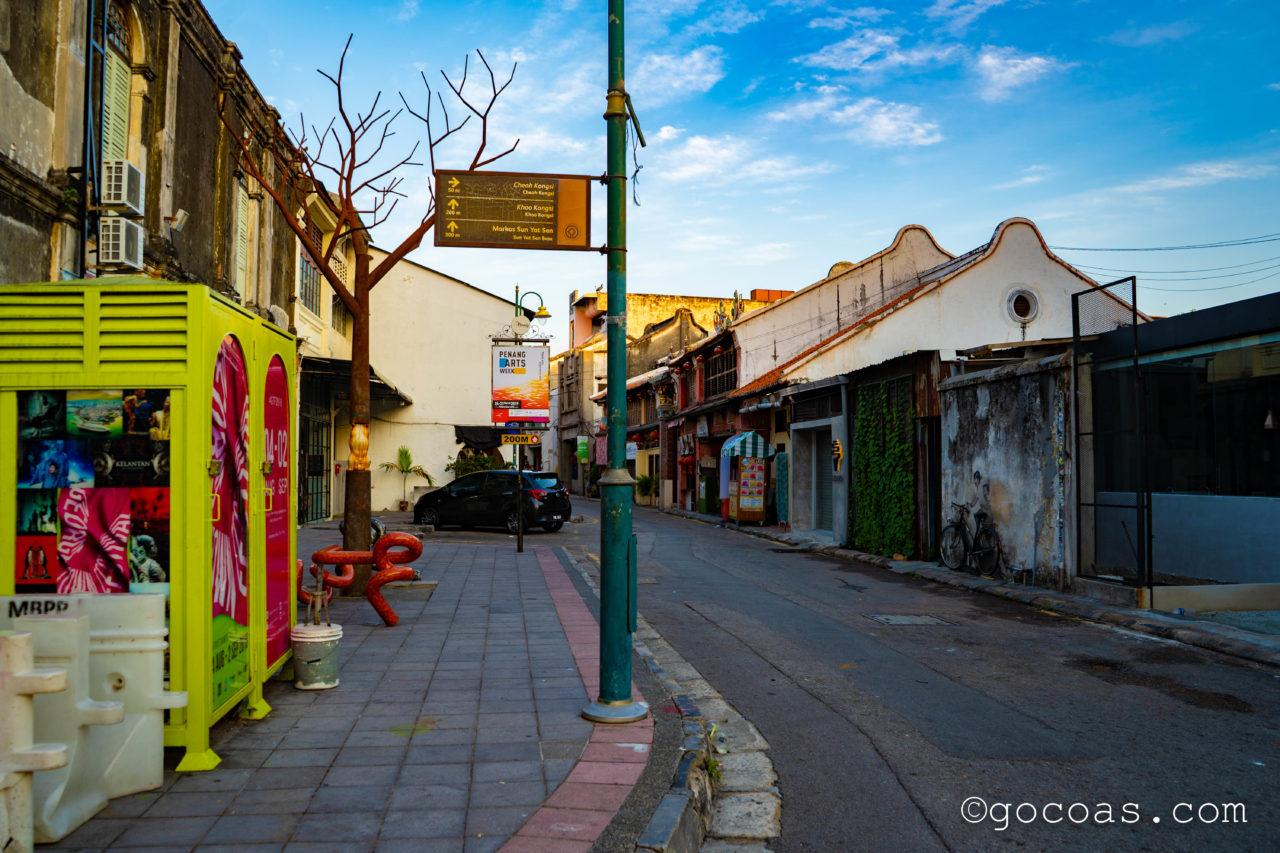 ペナン島の街中にあった自転車に乗る子供たちのウォールアートがある通り