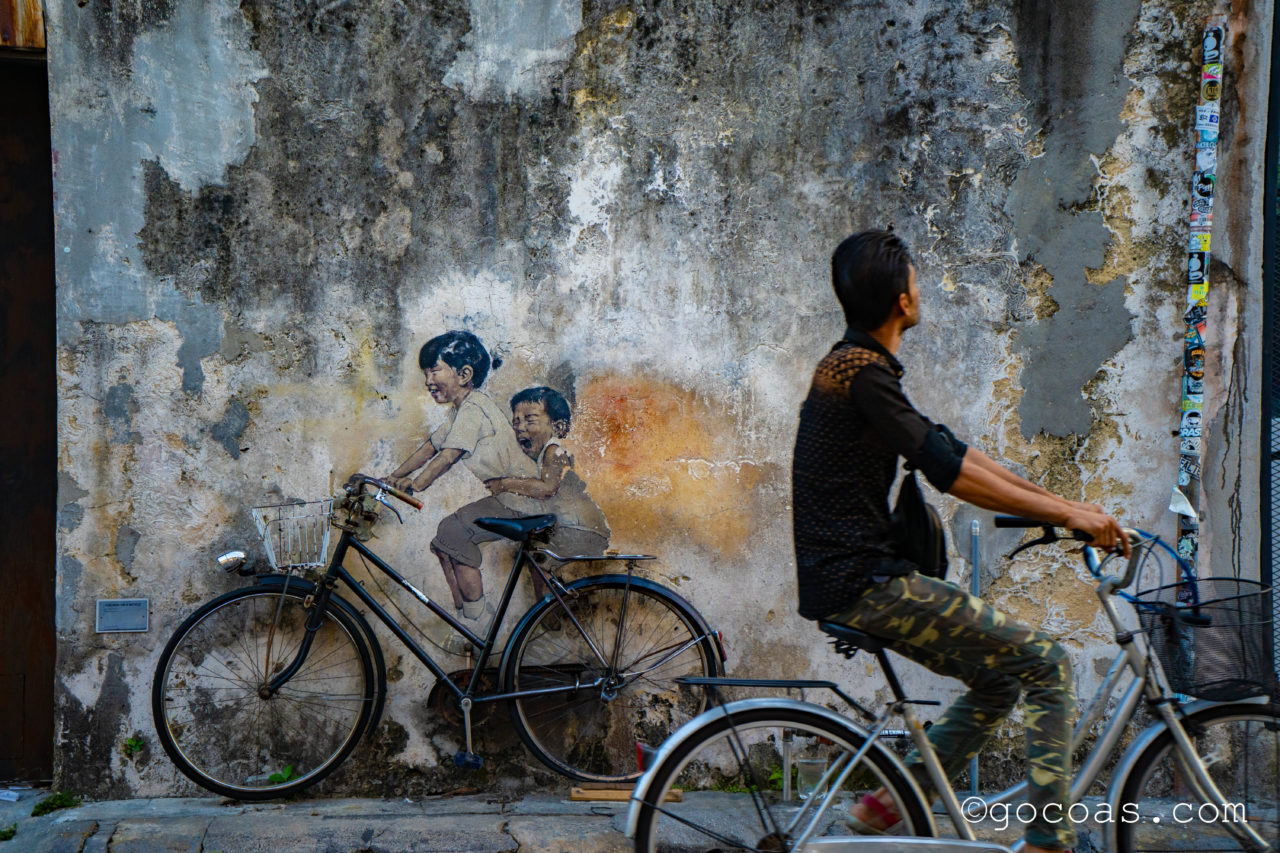 ペナン島の街中にあった自転車に乗る子供たちのウォールアートと通りがかった自転車