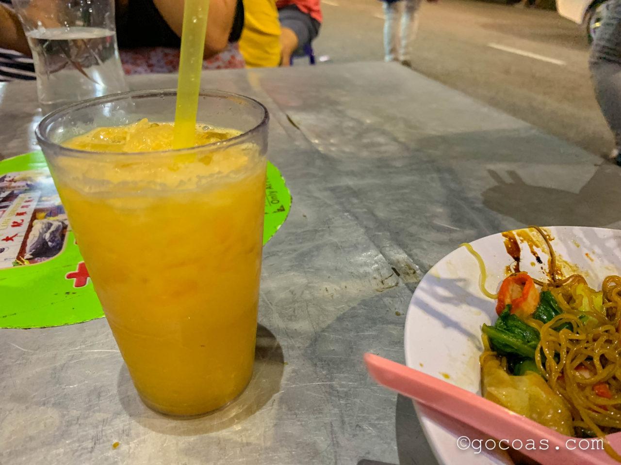 夜のペナン島の街中にあった食べ物の屋台で食べたワンタンミーとオレンジジュース