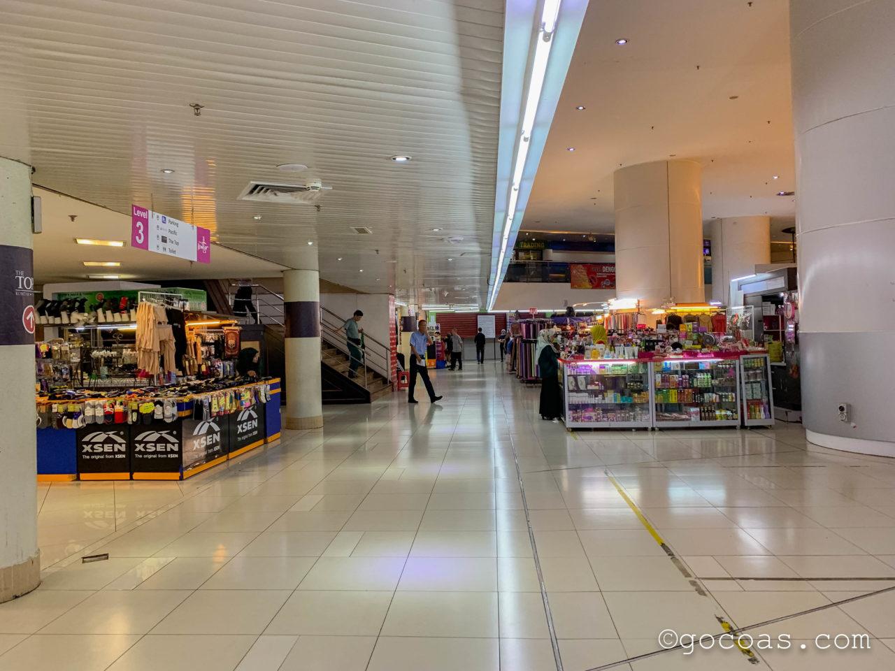 ショッピングモールKomtarの中に並ぶ商業施設