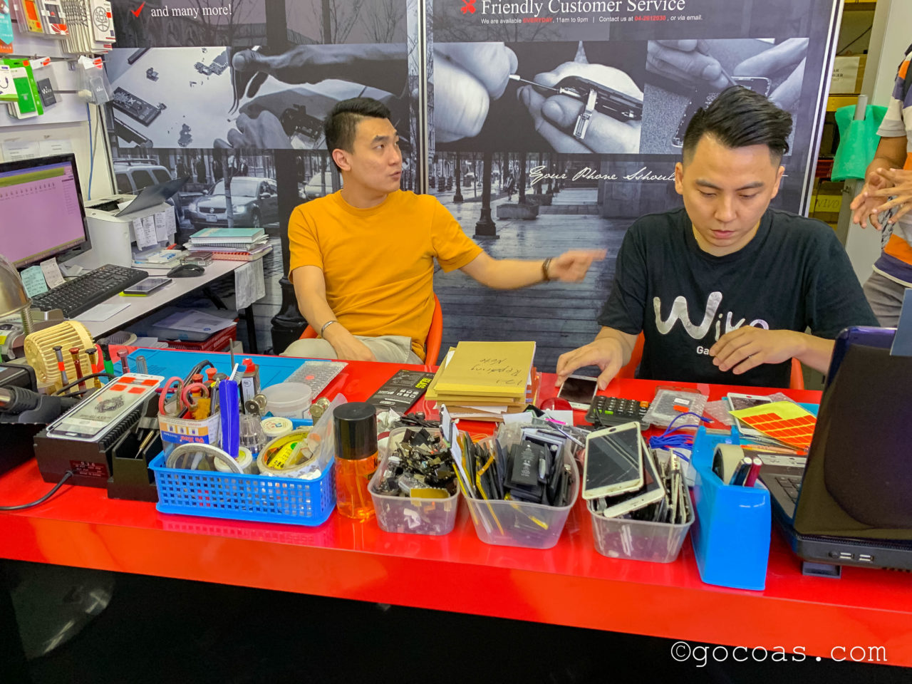 ショッピングモールKomtarの中に並ぶiCare Studioのスタッフ