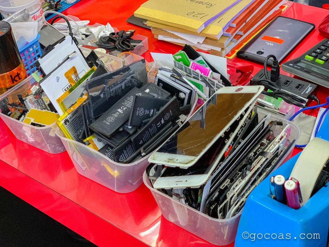 ショッピングモールKomtarの中に並ぶiCare Studioの店内に並ぶパーツ