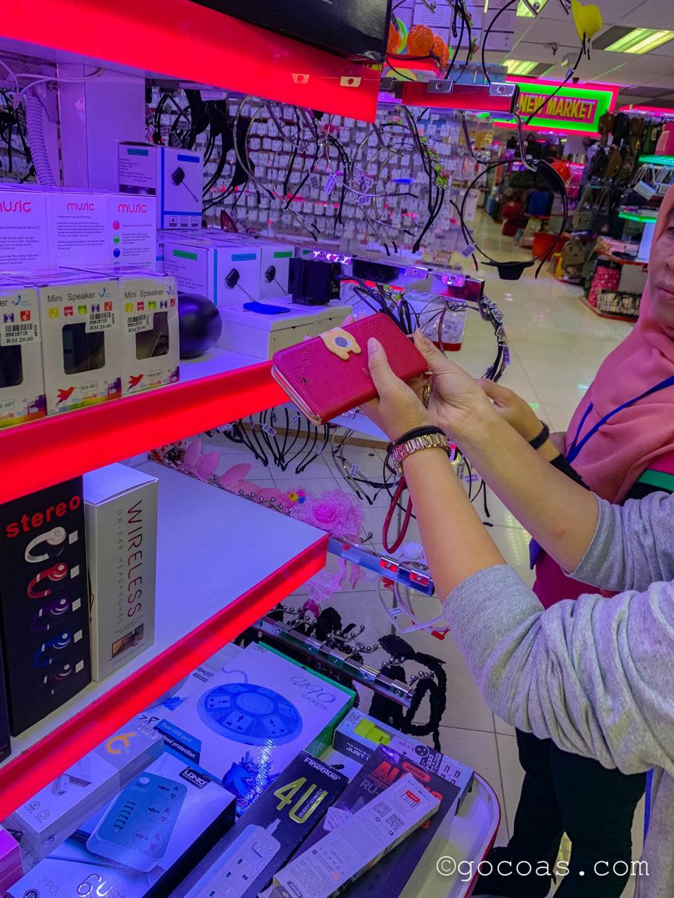 ショッピングモールKomtarの中に並ぶ商業施設で売られている充電ケーブルをお試しするところ
