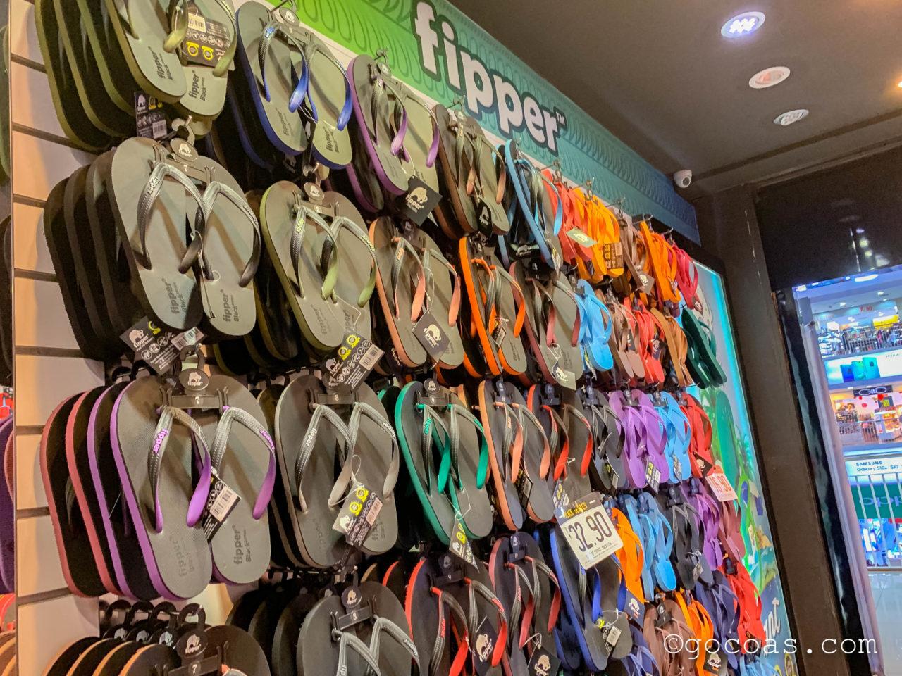 ショッピングモールKomtarの中のfipperに並ぶビーチサンダル