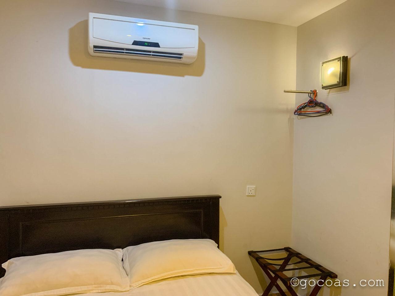 SE Hotelの室内のベッドとエアコン