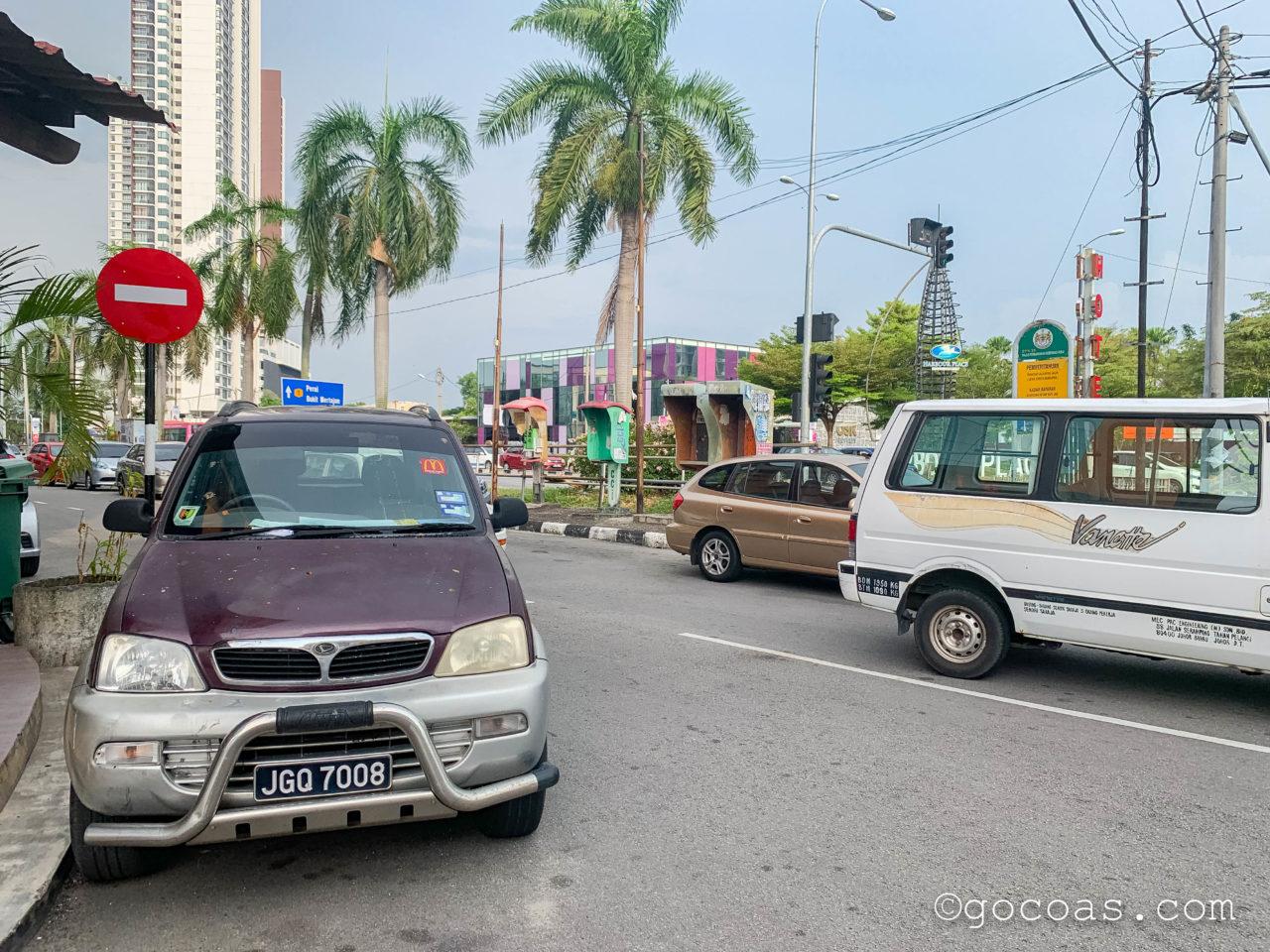 バタワースの車が駐車されている道路