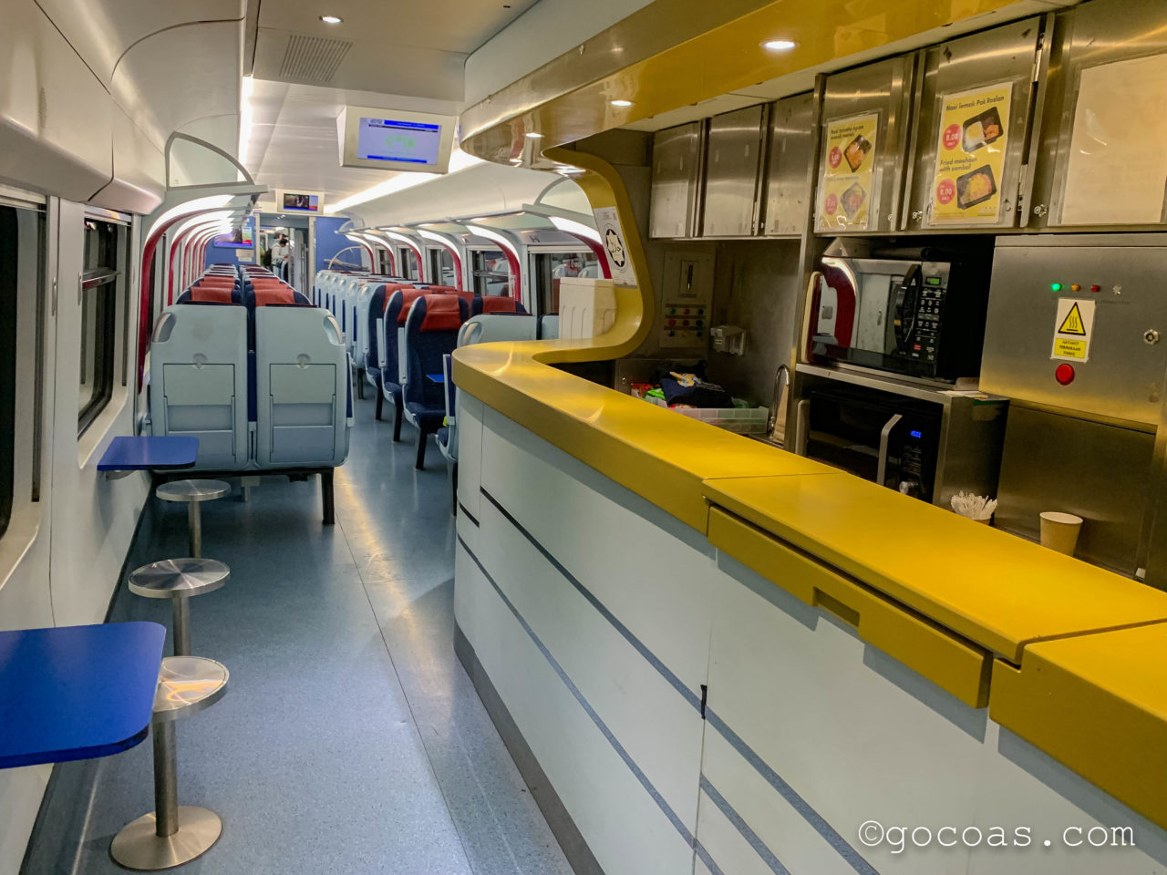 バタワース駅に来た電車内のキッチン
