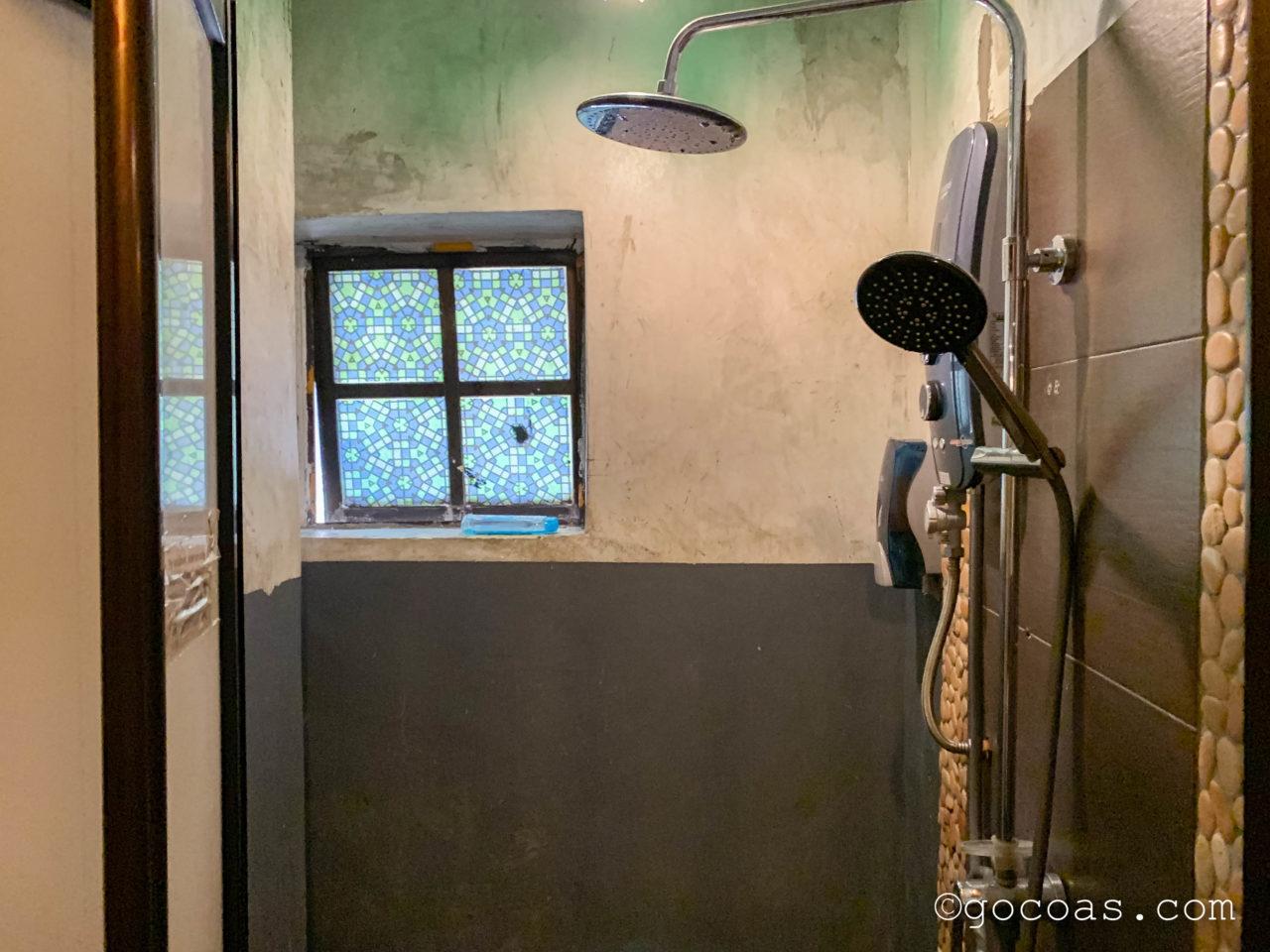 ザ エクスプローラー ゲストハウスの共用バスルームのシャワー