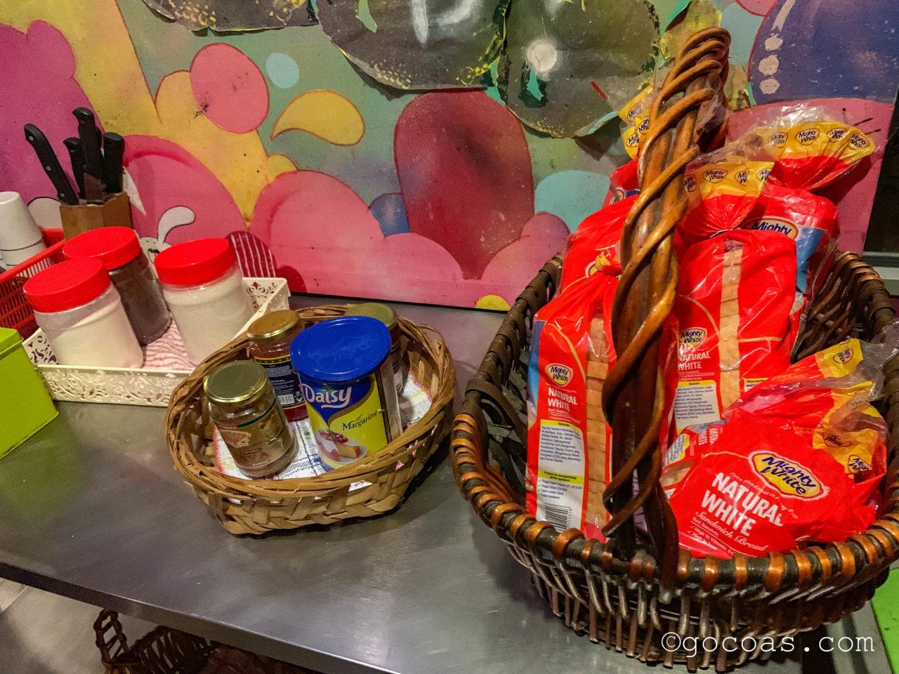 ザ エクスプローラー ゲストハウスのキッチンにあったパンと調味料
