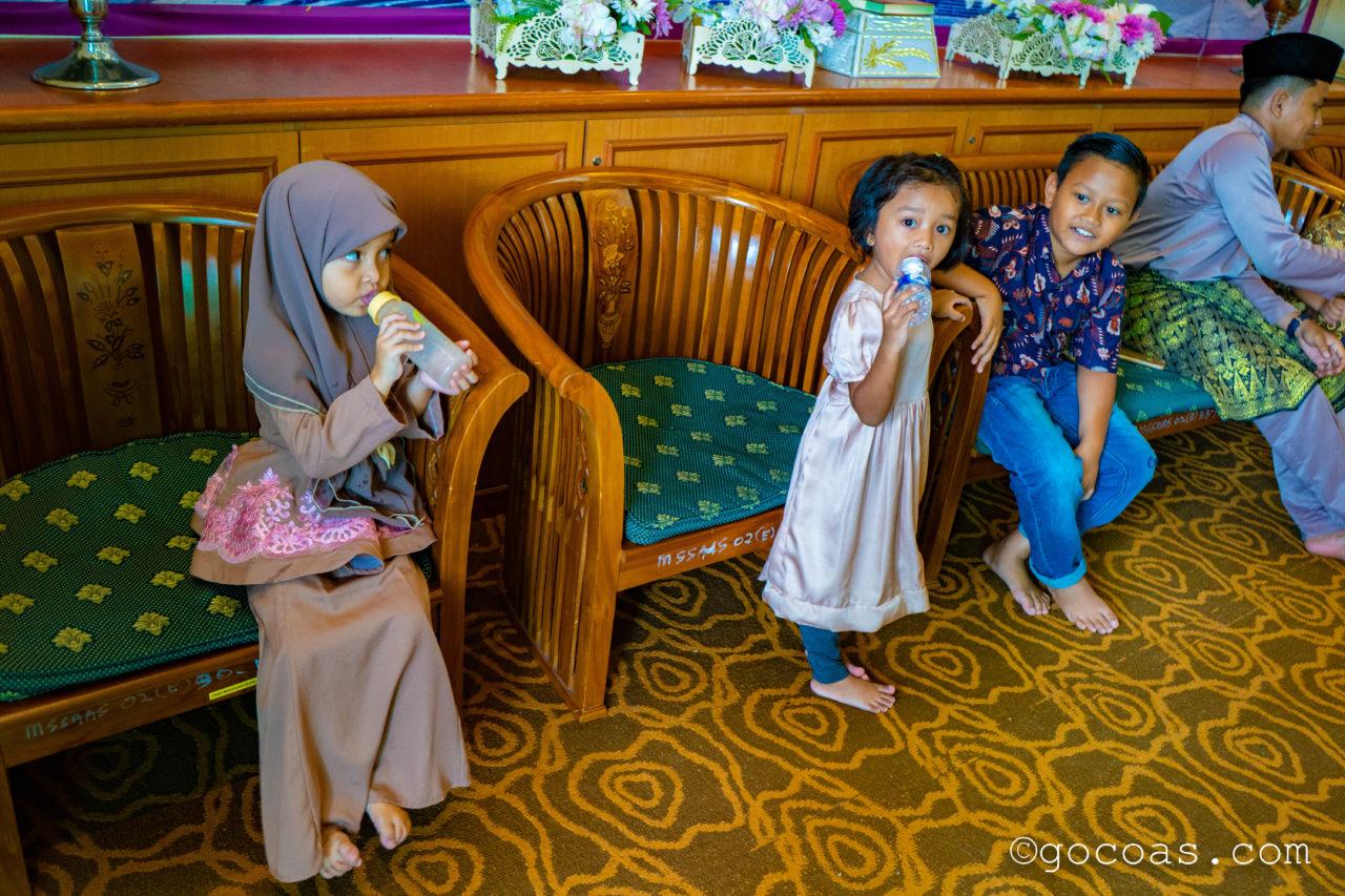 スルタン・サラディン・アブドゥル・アジズ・モスク披露宴会場にいた子供